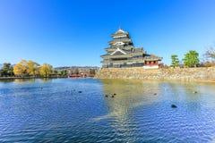 PB van het kasteelmatsumoto van Matsumoto in de winter op blauwe hemel backgroun Royalty-vrije Stock Foto