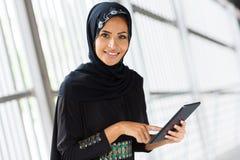 PC árabe da tabuleta da menina fotografia de stock royalty free