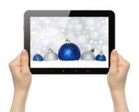 PC ταμπλετών λαβής χεριών με τη σύνθεση Χριστουγέννων Στοκ Εικόνες