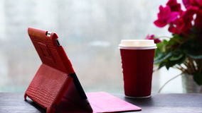 PC ταμπλετών, καφές, παράθυρο με ένα λουλούδι Στοκ Εικόνα