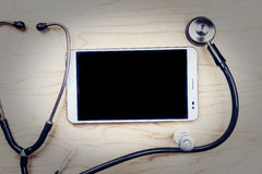 PC ταμπλετών με τα ιατρικά αντικείμενα σε ένα γραφείο Στοκ Εικόνες