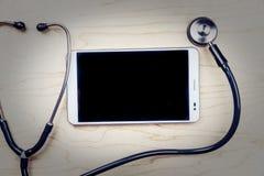 PC ταμπλετών με τα ιατρικά αντικείμενα σε ένα γραφείο Στοκ Φωτογραφία
