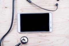 PC ταμπλετών με τα ιατρικά αντικείμενα σε ένα γραφείο Στοκ εικόνες με δικαίωμα ελεύθερης χρήσης