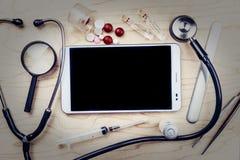 PC ταμπλετών με τα ιατρικά αντικείμενα σε ένα γραφείο Στοκ φωτογραφίες με δικαίωμα ελεύθερης χρήσης