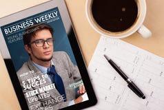 PC ταμπλετών που παρουσιάζει περιοδικό στοκ εικόνες