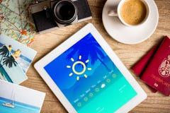 PC ταμπλετών που παρουσιάζει πρόγνωση καιρού στην οθόνη Στοκ Εικόνες