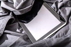 PC ταμπλετών σε ένα πουκάμισο Στοκ εικόνα με δικαίωμα ελεύθερης χρήσης