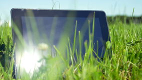 PC ταμπλετών στη χλόη απόθεμα βίντεο