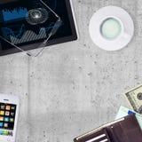PC ταμπλετών, smartphone, φλιτζάνι του καφέ και πορτοφόλι Στοκ Εικόνες