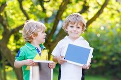 PC δύο αστείο παιδάκι ευτυχές ταμπλετών abount Στοκ φωτογραφία με δικαίωμα ελεύθερης χρήσης