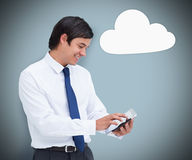Επιχειρηματίας που χρησιμοποιεί ένα PC ταμπλετών με το σύμβολο υπολογισμού σύννεφων Στοκ εικόνες με δικαίωμα ελεύθερης χρήσης