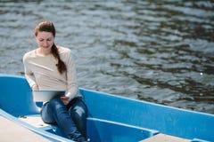 Εκμετάλλευση γυναικών και χρησιμοποίηση του PC ταμπλετών υπαίθρια Στοκ φωτογραφία με δικαίωμα ελεύθερης χρήσης