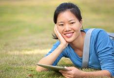 Pc asiatico della compressa di uso dello studente di college Immagini Stock Libere da Diritti