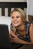 PC biondo splendido del computer portatile e della donna Immagine Stock Libera da Diritti
