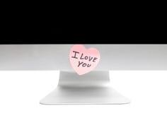 PC com uma nota pegajosa na forma de um coração Imagens de Stock Royalty Free