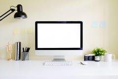 PC d'ordinateur d'espace de travail et tasse de café avec l'appareil-photo, pot de crayon Photos libres de droits