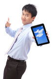 PC da tabuleta da mostra do homem de negócio com sorriso Fotos de Stock Royalty Free