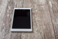 PC da tabuleta em uma tabela de madeira fotos de stock
