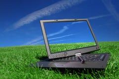 PC da tabuleta na grama verde Fotos de Stock