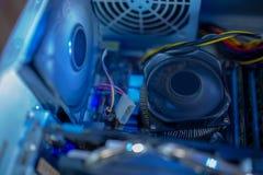 PC-de componenten in stof de chassis koelventilator en de cpu-ventilator werken Alles binnenkant is stoffig en vuil stock foto's