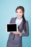 PC de comprimé d'exposition de femme d'affaires Photographie stock libre de droits