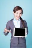 PC de comprimé d'exposition de femme d'affaires Photos stock