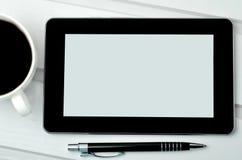 PC de comprimé de Digital avec la tasse et le stylo de café Photos stock