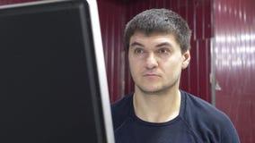 PC de Controls del ingeniero que corta el metal almacen de metraje de vídeo