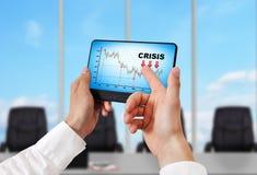 PC de la tableta con la carta de la crisis Foto de archivo libre de regalías