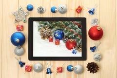 PC de la tableta con las decoraciones de la Navidad Fotografía de archivo