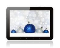 PC de la tableta con las decoraciones de la Navidad Fotos de archivo