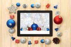 PC de la tableta con las decoraciones de la Navidad Foto de archivo libre de regalías