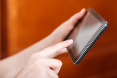 PC de la tableta conmovedora del finger en oficina Foto de archivo libre de regalías