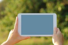 PC de la tableta de Digitaces en naturaleza Imágenes de archivo libres de regalías