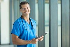 PC de la tableta de la enfermera de los jóvenes imagenes de archivo