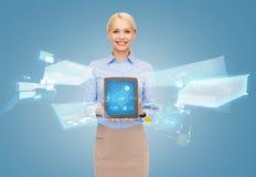PC de la tableta de la tenencia de la empresaria con el holograma Imágenes de archivo libres de regalías