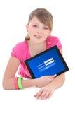 PC de la tableta de la tenencia del adolescente con el formulario de inicio de sesión en aislante de la pantalla Foto de archivo libre de regalías