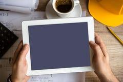 PC de la tableta de la tenencia del contratista Imagen de archivo