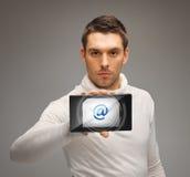 PC de la tableta de la tenencia del hombre con el icono del correo electrónico Foto de archivo libre de regalías