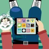 PC de la tableta de la tenencia del hombre joven con el descanso para tomar café Imágenes de archivo libres de regalías