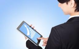 PC de la tablilla de tacto del hombre de negocios con el gráfico del crecimiento Fotografía de archivo libre de regalías