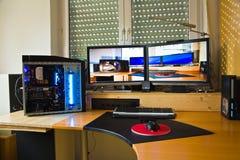 PC de PC avec 2 écrans plats, modding et photo de Image libre de droits
