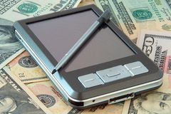 PC de poche sur des dollars Photos libres de droits