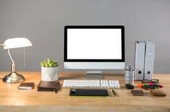 PC de sobremesa con la lámpara de mesa y efectos de escritorio de la oficina Fotografía de archivo