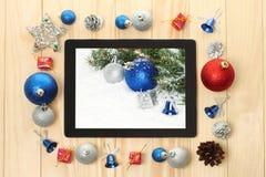 PC de Tablette avec des décorations de Noël Image libre de droits