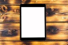 PC de tablette avec la moquerie d'écran vide d'isolement sur le fond en bois brûlé de table Tablette sur la table en bois écran d Images stock