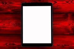 PC de tablette avec la moquerie d'écran vide sur le fond en bois rouge de table Tablette sur la table en bois écran de blanc de c Image stock