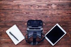 PC de Tablette, dispositif de réalité virtuelle et carnet Photo stock