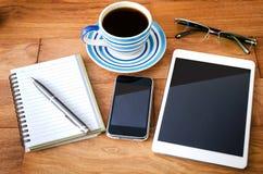 PC de Tablette et un café et un téléphone portable Photo stock