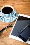 PC de Tablette et un café et un téléphone portable Images stock